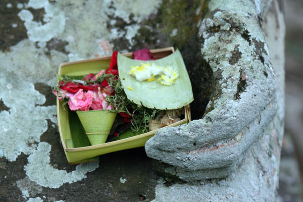 A Balinese offering in Ubud: keep useful, beautiful & precious things & have the courage to throw away the rest © Queen of Retreats
