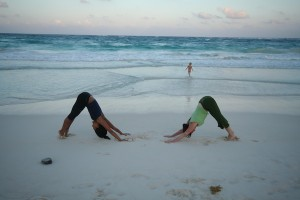 Free flow yoga on the beach © Queen of Retreats